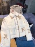 FENDI 秋冬コーデに合わせやすい フェンディ 秋冬ファッションをおしゃれに着こなし  フード付きコート 最新秋冬トレント