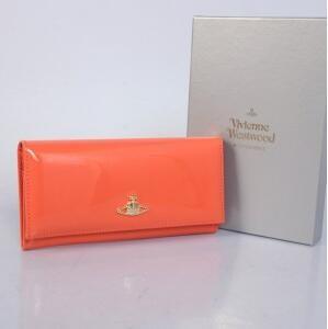大人っぽい落ち着いた Vivienne Westwood、ヴィヴィアン ウエストウッドの二つ折り長財布.