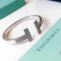 動きやすく楽チンなスタイル  ティファニー Tiffany&Co 秋冬の色味が叶える華やかコーデブレスレット 冬コーデの名脇役